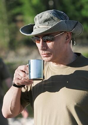Wladimir Putin beim Angeln am Ufer des Jenissei